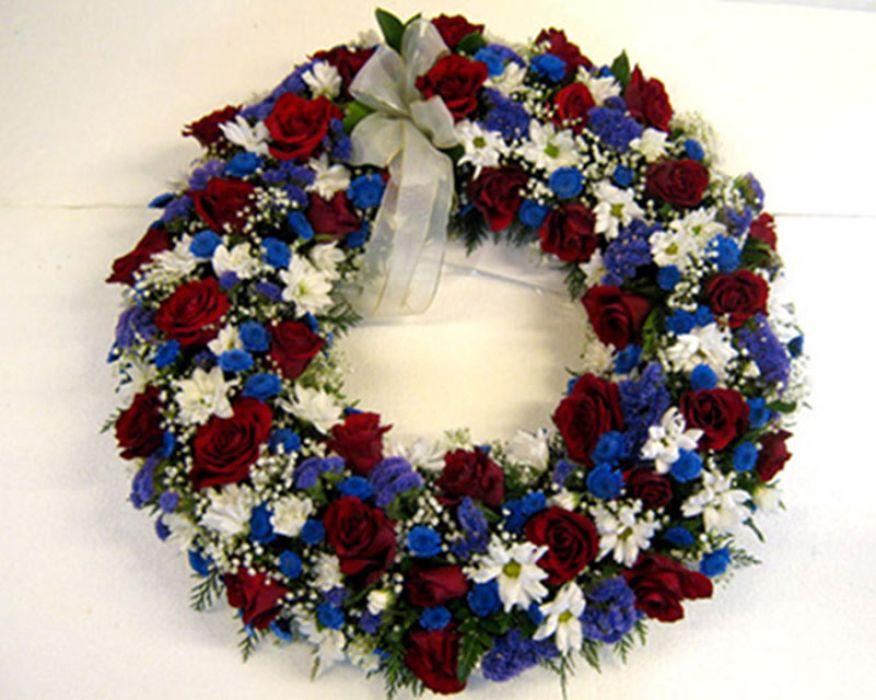 29. Kokonaankukitettu seppele ruusuista, valkoisista ja sinisistä krysanteemeista, harsosta ja staticesta