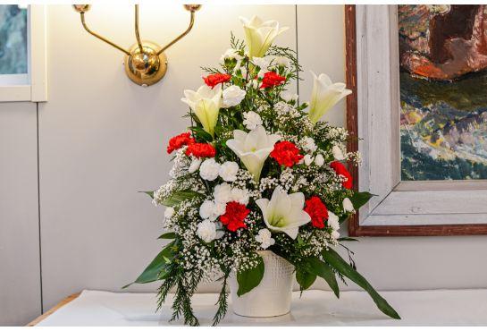 03. Koristelu kukat punainen neilikka, valkoinen oksaneilikka ja valkolilja