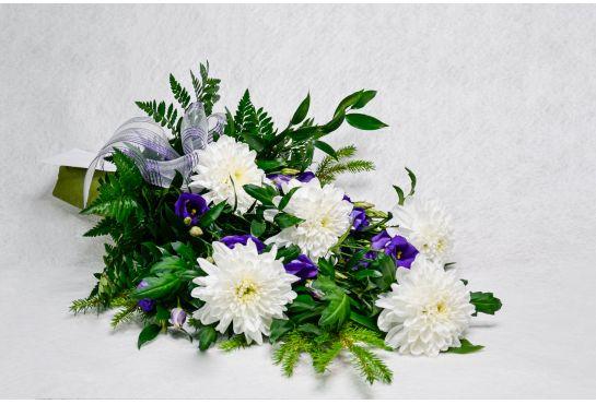 02. Hautakimppu valkoinen krysanteemi ja sininen eustoma
