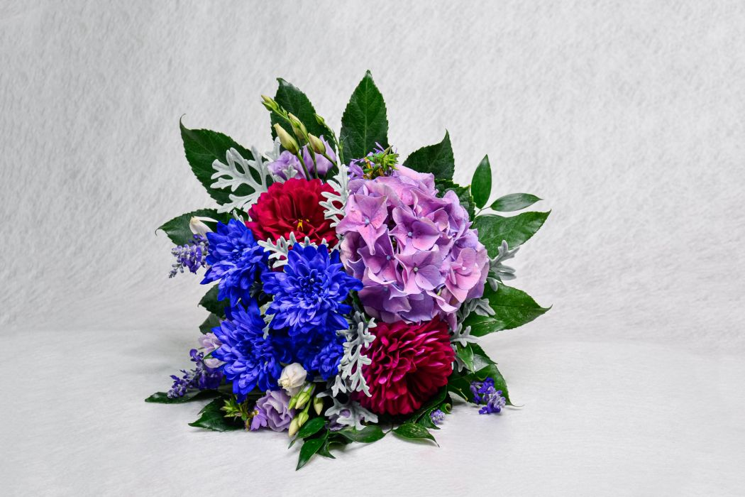 24. Hautakimppu hortensia, daalia, sininen krysanteemi