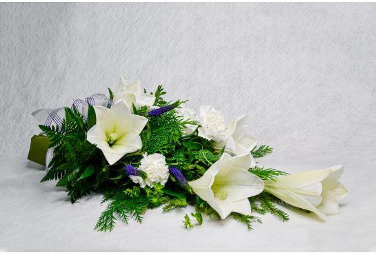 06. Hautakimppu valkolilja ja valkoinen neilikka