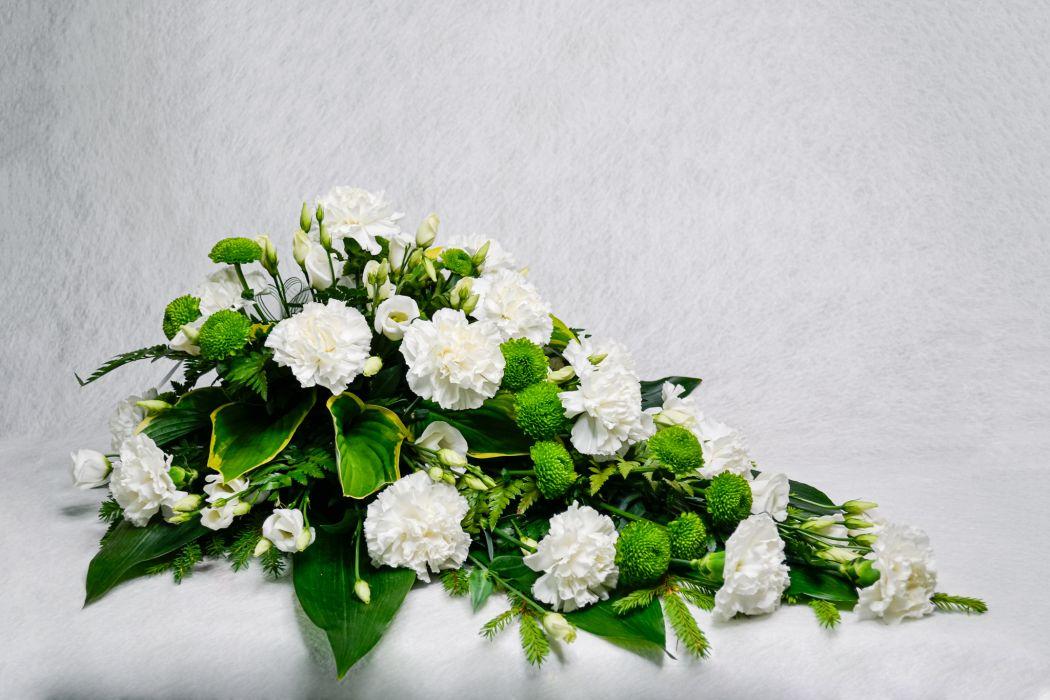 16. Kukkalaite valkoinen neilikka, valkoinen eustoma ja vihreä krysanteemi