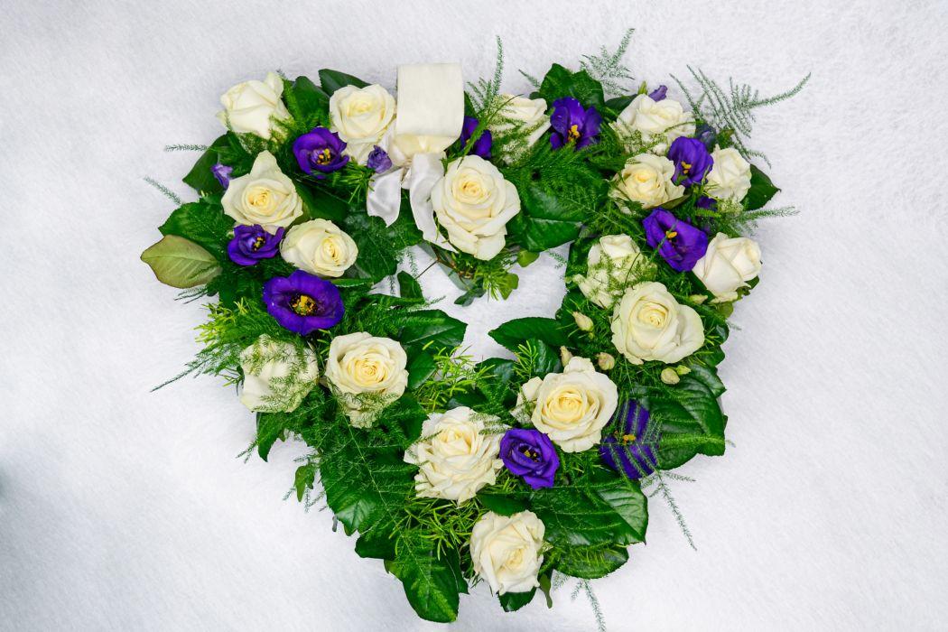 30. Avosydän valkoinen ruusu ja sininen eustoma
