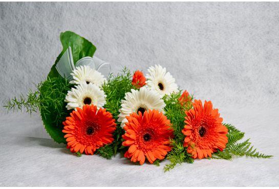 22. Hautakimppu valkoinen ja oranssi gerbera