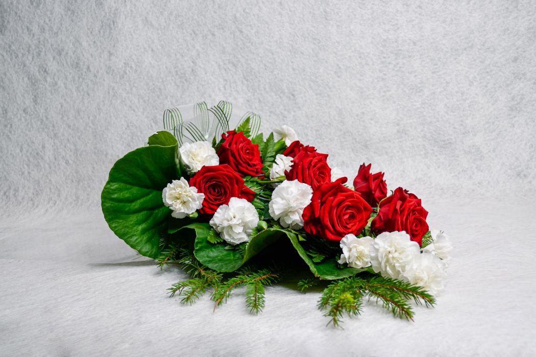 14. Hautakimppu punainen ruusu ja valkoinen oksaneilikka
