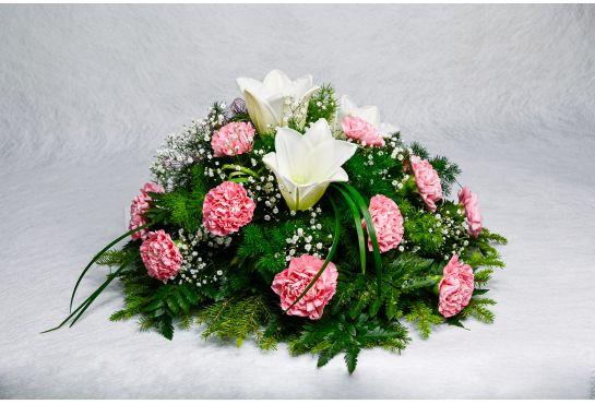 29. Kukkalaite (pyöreä) vaaleanpunainen neilikka, valkolilja ja harso