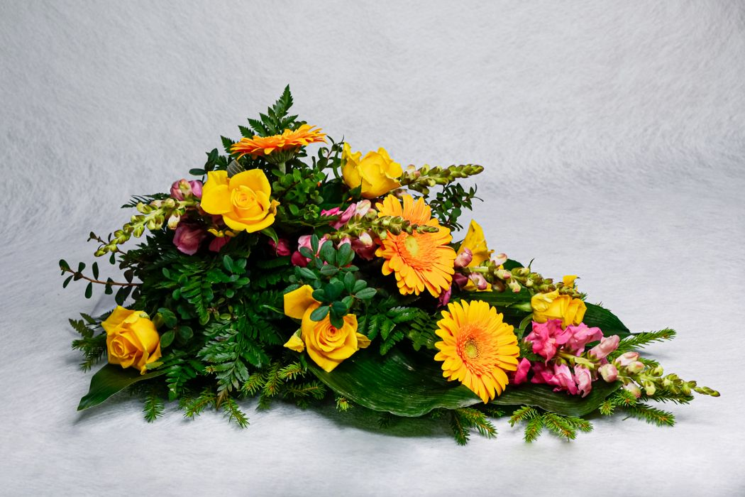 22. Kukkalaite oranssi ruusu, oranssi gerbera ja vaaleanpunainen leijonankita
