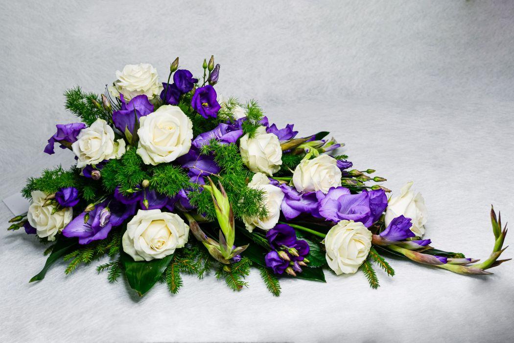 06. Kukkalaite valkoinen ruusu, sininen eustoma ja sininen gladiolus