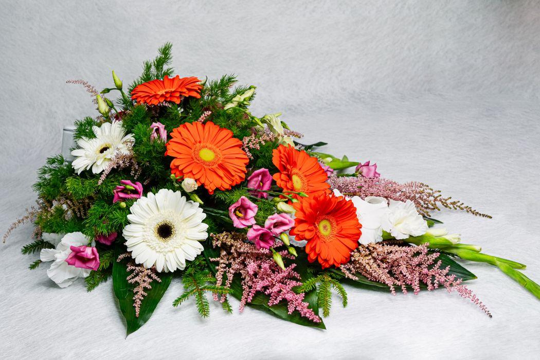 23. Kukkalaite oranssi gerbera, valkoinen gerbera, valkoinen gladiolus ja jalo-angervo