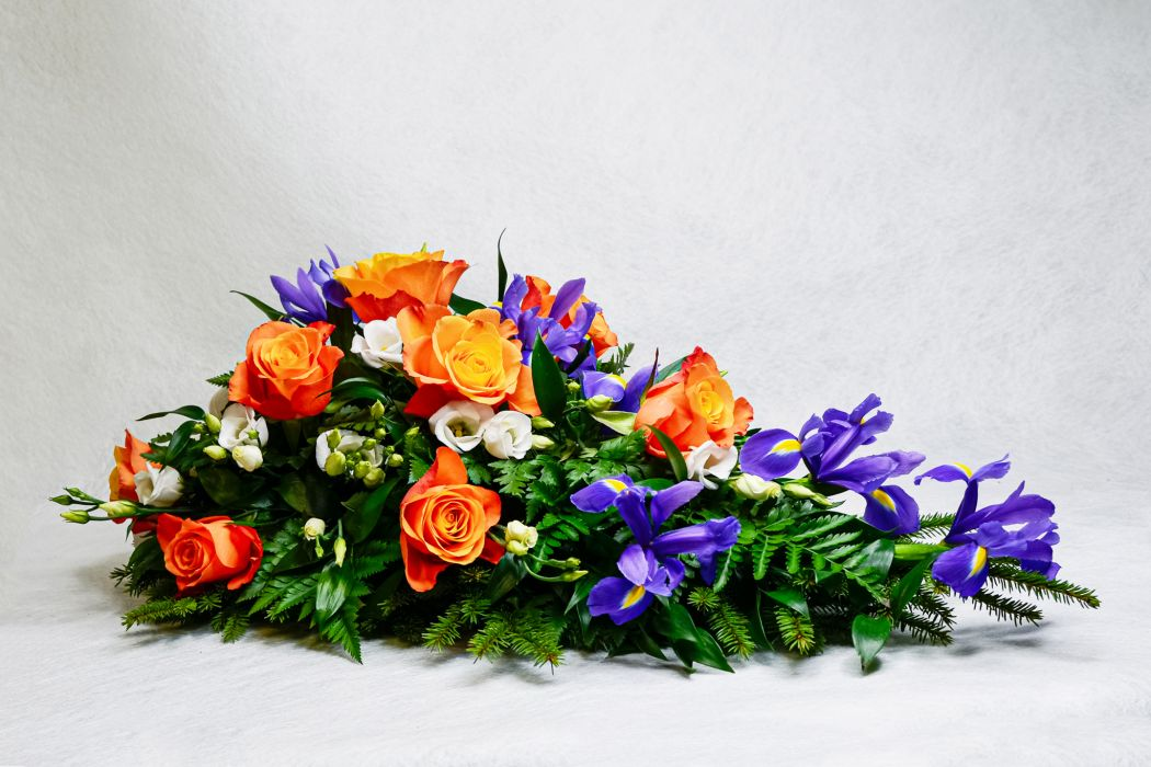 19. Kukkalaite oranssi ruusu, eustoma ja iiris