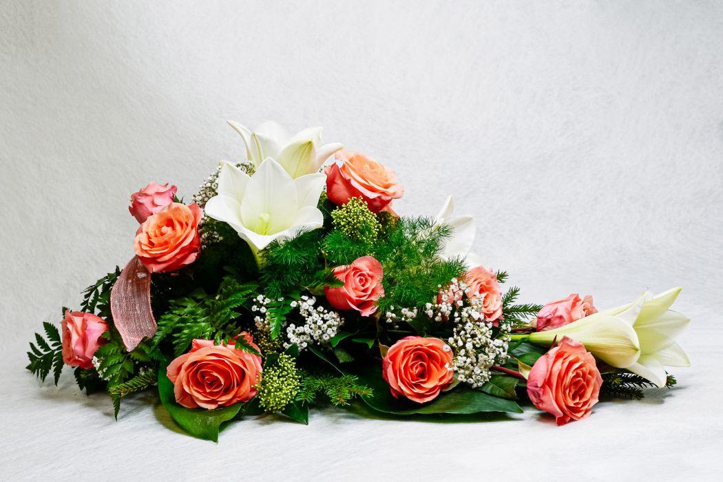 32. Kukkalaite Lohenpunainen ruusu, valkolilja ja harso