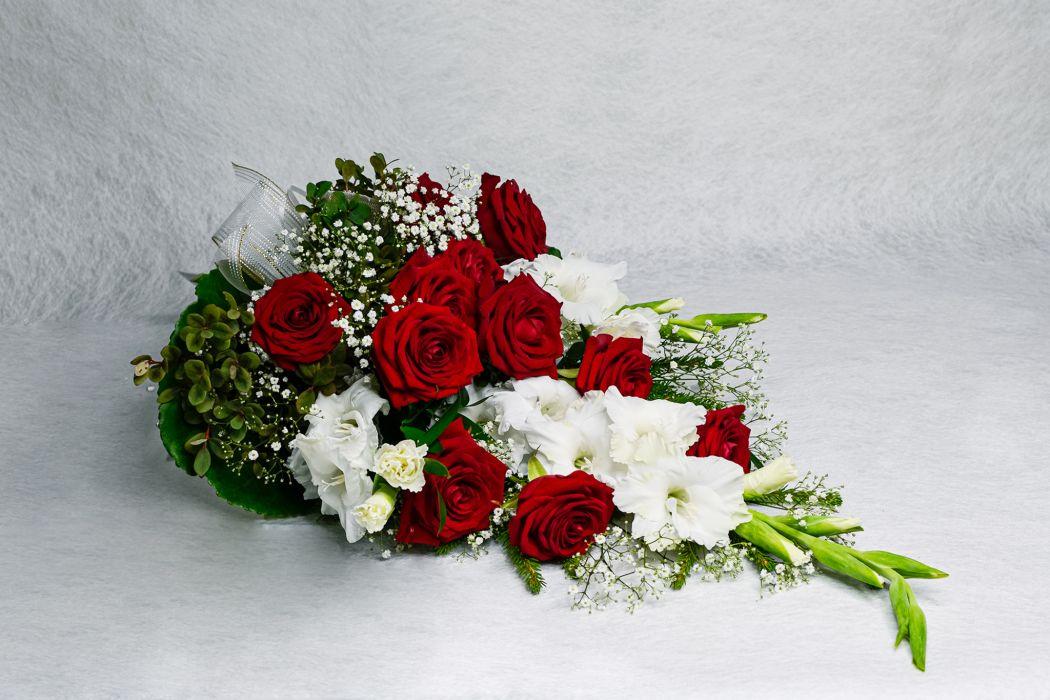 11. Hautakimppu punainen ruusu, harso ja valkoinen gladiolus