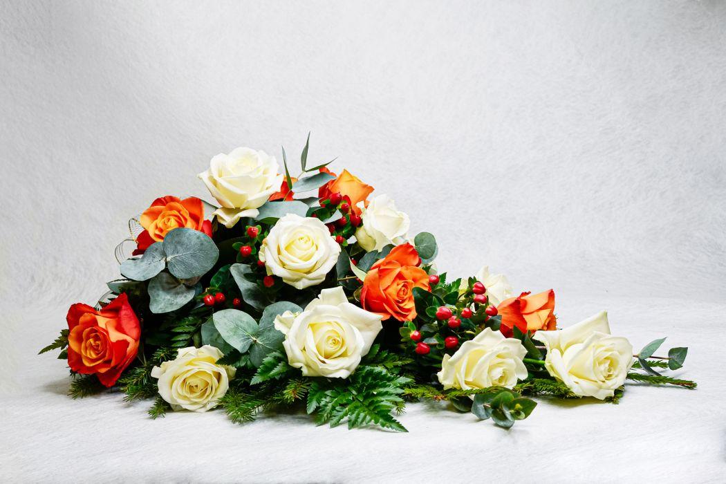 20. Kukkalaite oranssi ruusu, valkoinen ruusu ja hypericum