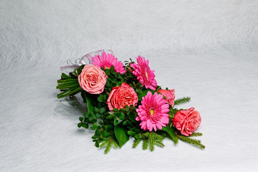 19. Hautakimppu vaaleanpunainen ruusu ja liila gerbera