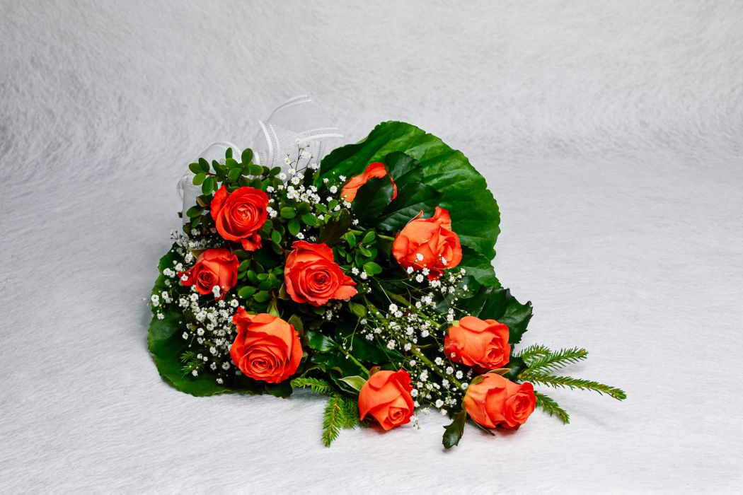 20. Hautakimppu oranssi ruusu ja harso