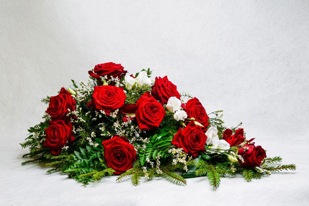 37. Kukkalaite punainen ruusu, eustoma ja havu