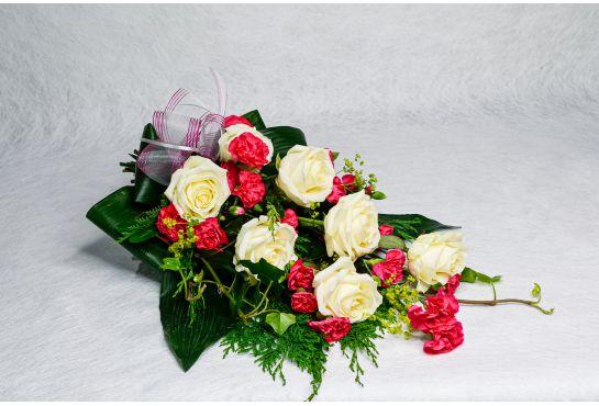 16. Hautakimppu valkoinen ruusu, poimulehti, muratti ja aniliini oksaneilikka