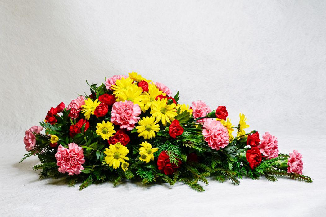 35. Kukkalaite keltainen krysanteemi, vaaleanpunainen neilikka, punainen oksa neilikka ja havu