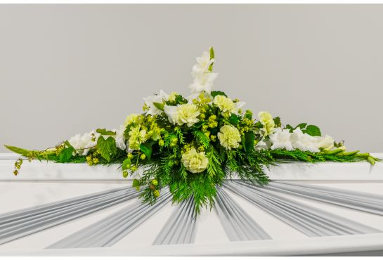 01. Arkunkansilaite valkoinen gladiolus, vihreä neilikka, poimulehti ja muratti