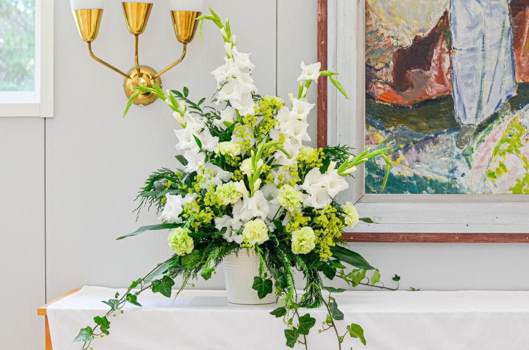 05. Koristelu kukat valkoinen gladiolus, vihreä neilikka, poimulehti ja muratti