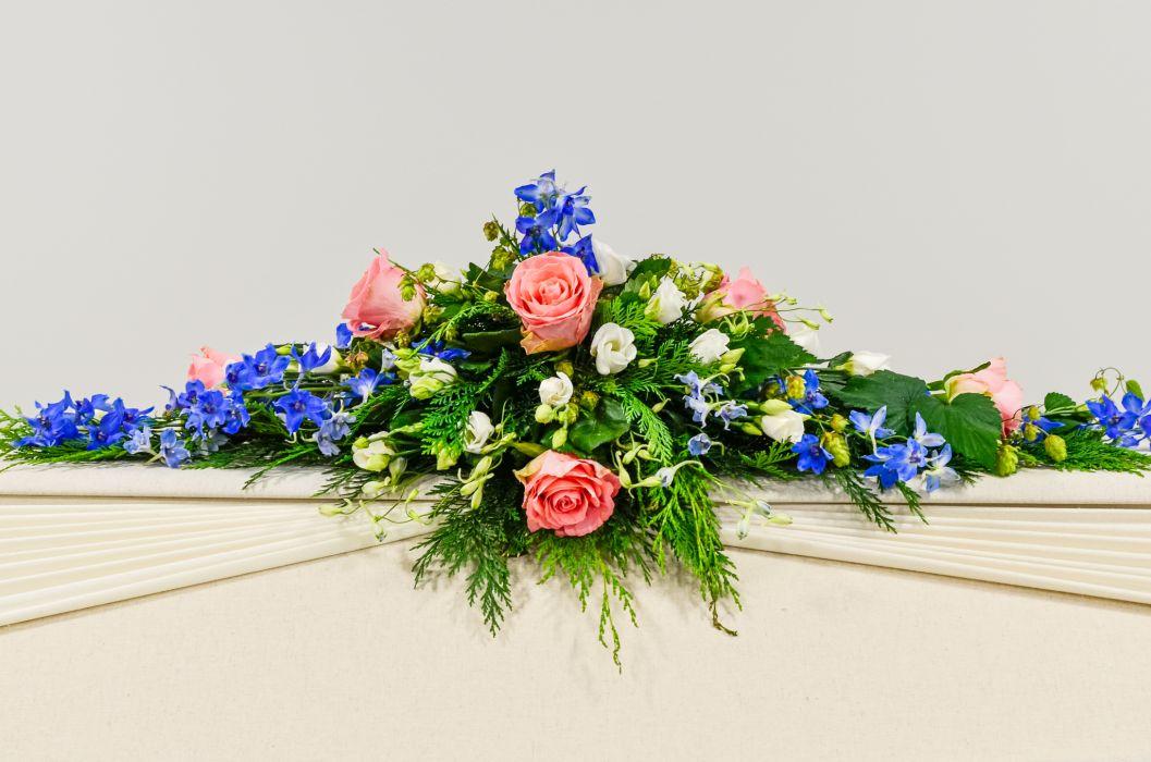 08. Arkunkansilaite vaaleanpunainen ruusu, ritarinkannus ja valkoinen eustoma