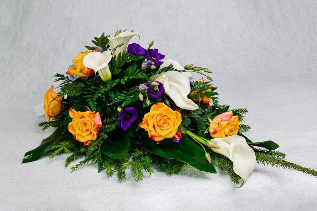 21. Kukkalaite oranssi ruusu, kalla, ja sininen eustoma