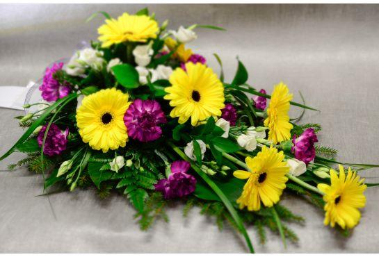 22.  Kukkalaite keltainen gerbera,  lila neilikka ja valkoinen eustoma