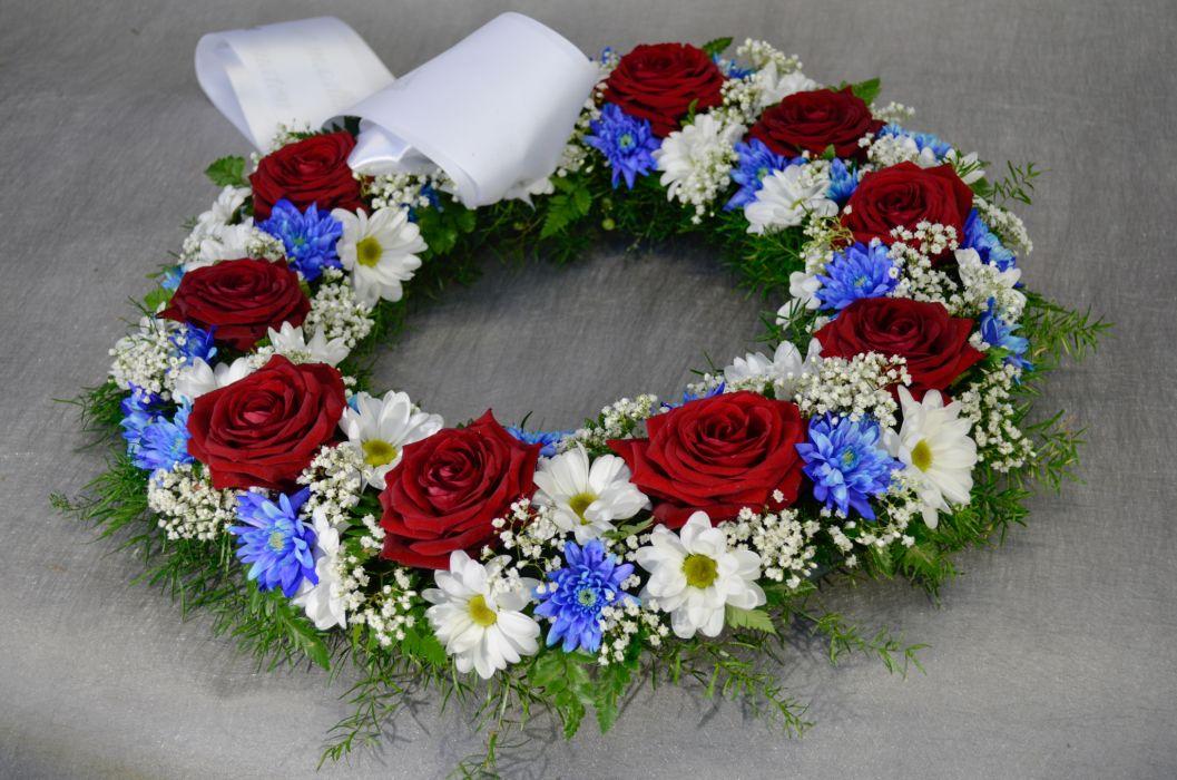 28. Kukkaseppele punainen ruusu, valkoinen ja sininen krysanteemi
