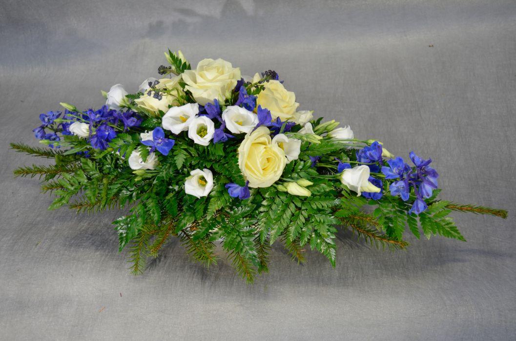 02. Arkunkansilaite valkoinen ruusu, valkoinen eustoma ja sininen ritarinkannus