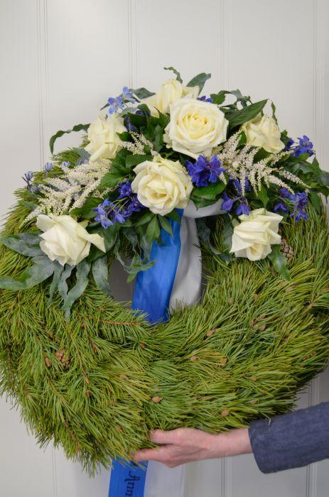 26. Kukitettu havuseppele valkoinen ruusu ja ritalinkannus