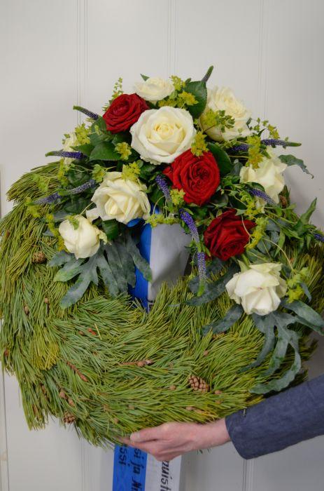 27. Kukitettu havuseppele valkoinen ja punainen ruusu