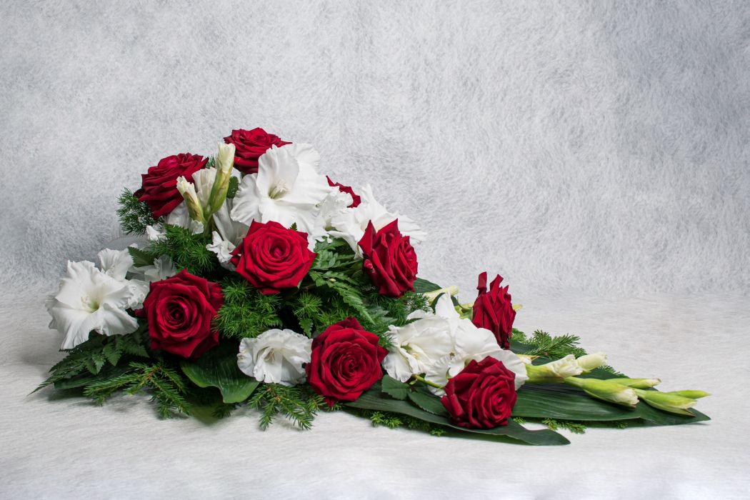 38. Kukkalaite punainen ruusu ja valkoinen gladiolus