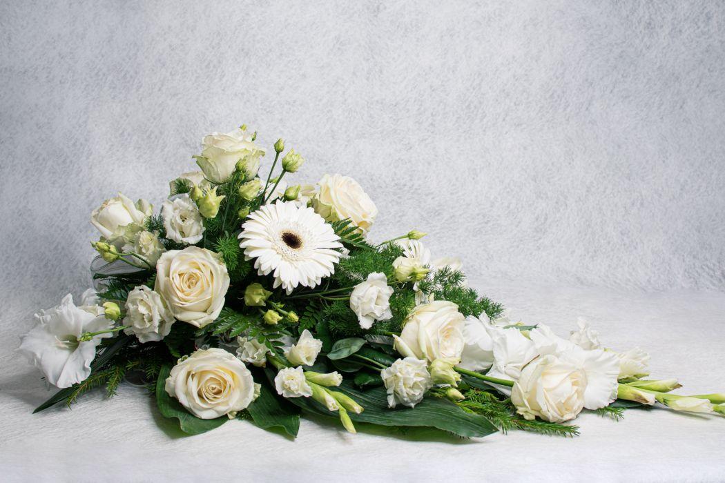 17. Kukkalaite valkoinen gladiolus, valkoinen gerbera, valkoinen eustoma ja valkoinen ruusu