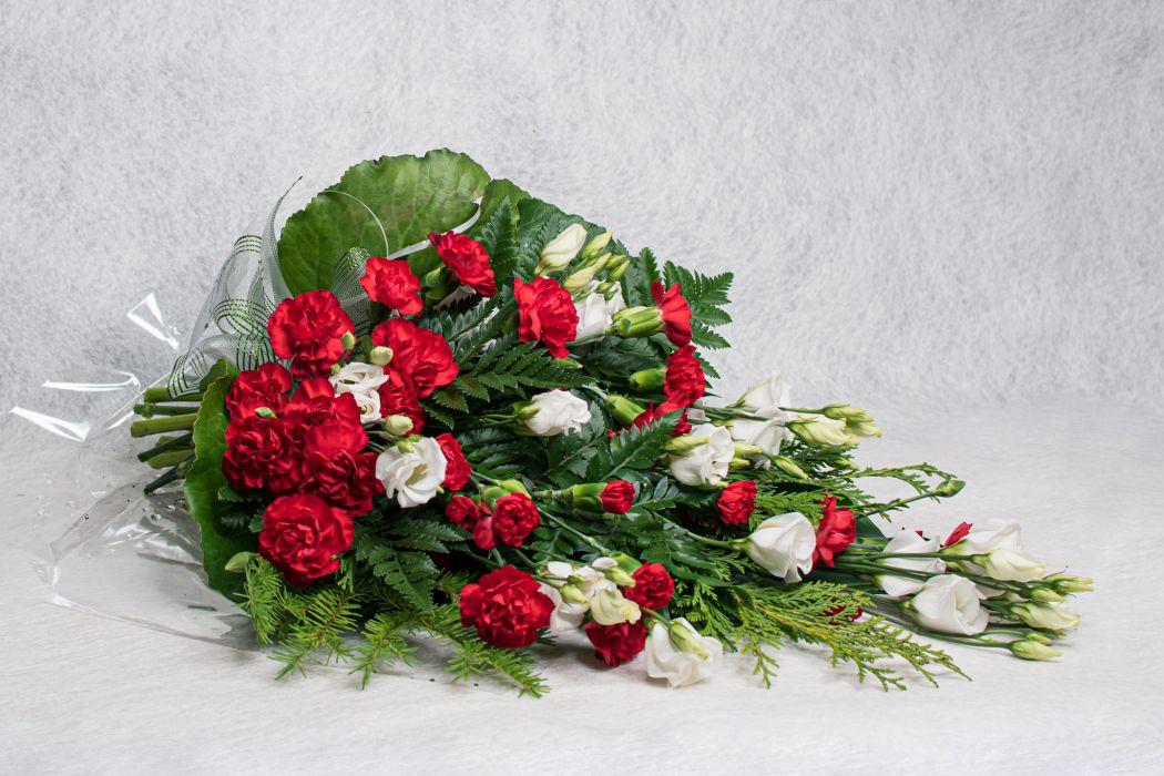 13. Hautakimppu punainen oksaneilikka ja valkoinen eustoma