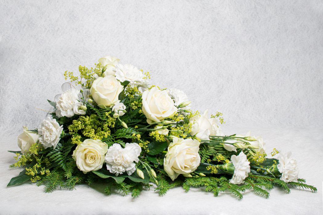 14. Kukkalaite valkoinen ruusu, valkoinen neilikka, valkoinen eustoma ja poimulehti