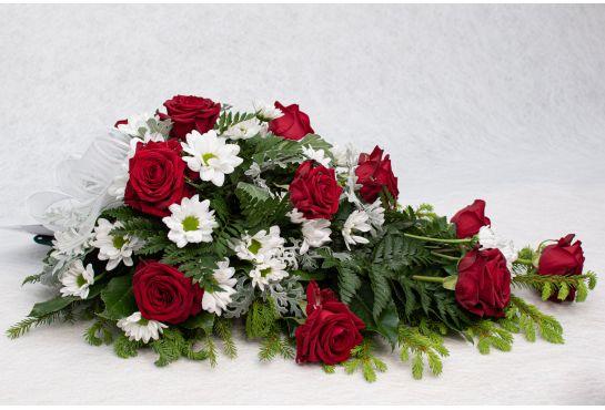 39. Kukkalaite punainen ruusu ja valkoinen krysanteemi ja hopealehti