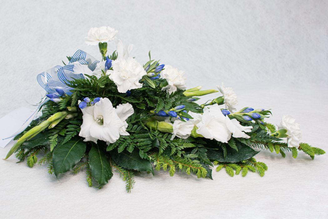 15. Kukkalaite valkoinen gladiolus, valkoinen neilikka ja gentiana