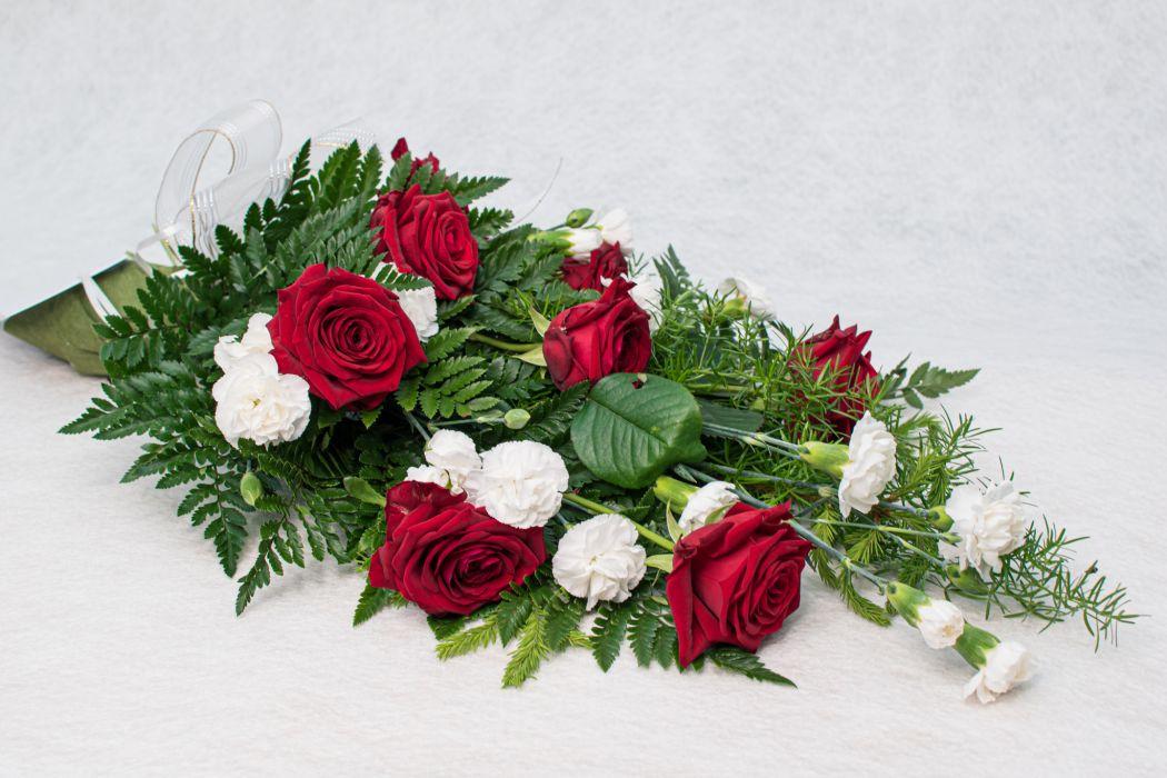 12. Hautakimppu punainen ruusu ja valkoinen oksaneilikka
