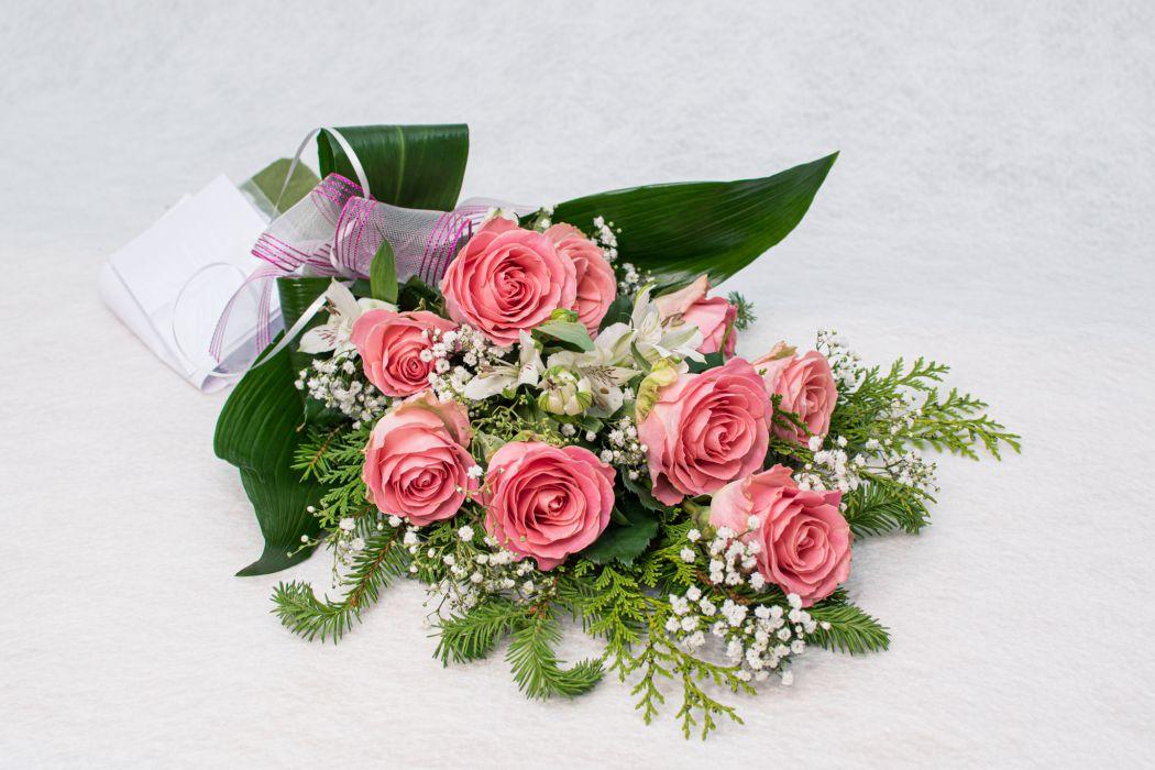 18. Hautakimppu vaaleanpunainen ruusu, valkoinen inkalilja ja harso