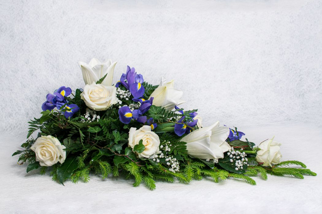 10. Kukkalaite valkoinen ruusu, iiris, harso, muratti ja valkolilja