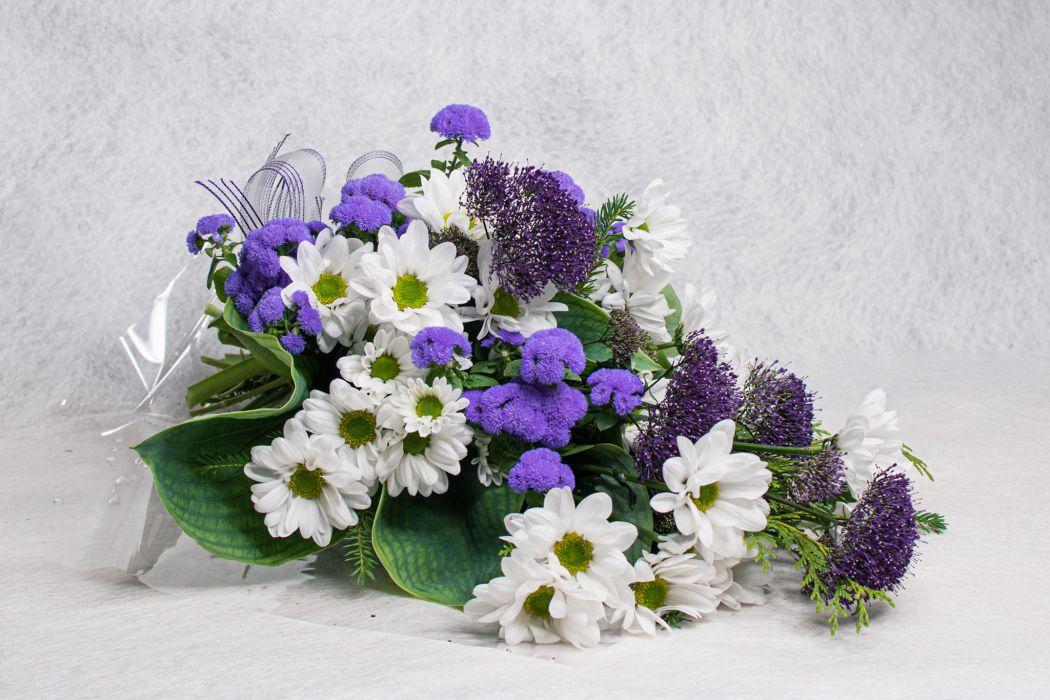 04. Hautakimppu valkoinen krysanteemi, sinitähtönen ja trachelium