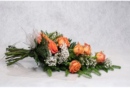 21. Hautakimppu oranssi ruusu ja harso