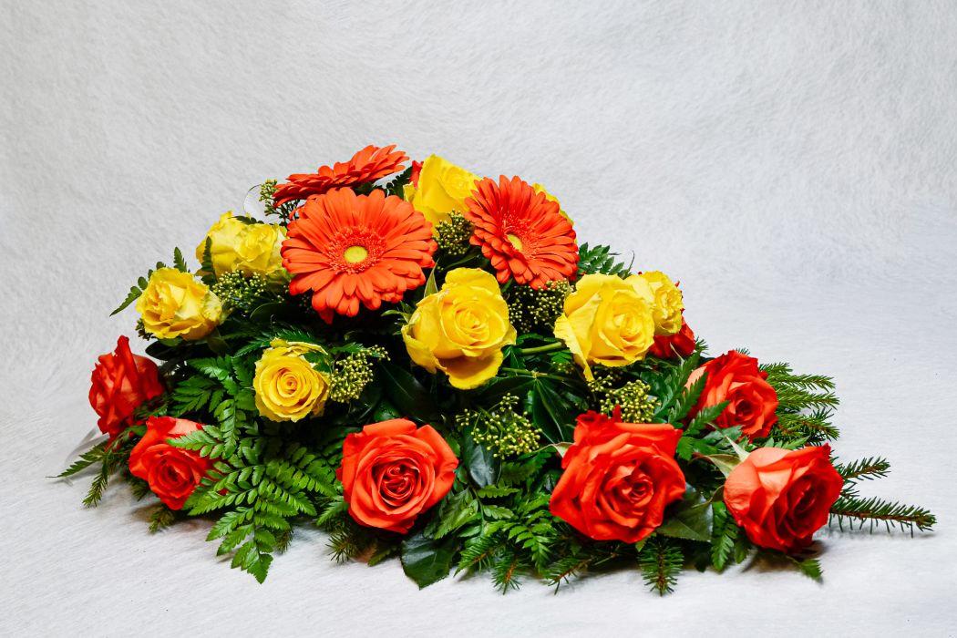 18. Kukkalaite oranssi gerbera, oranssi ja keltainen ruusu