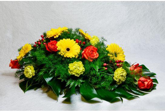 33. Kukkalaite keltainen gerbera, punainen ruusu ja vihreä neilikka