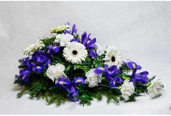 05. Kukkalaite valkoinen neilikka, iiris ja valkoinen gerbera